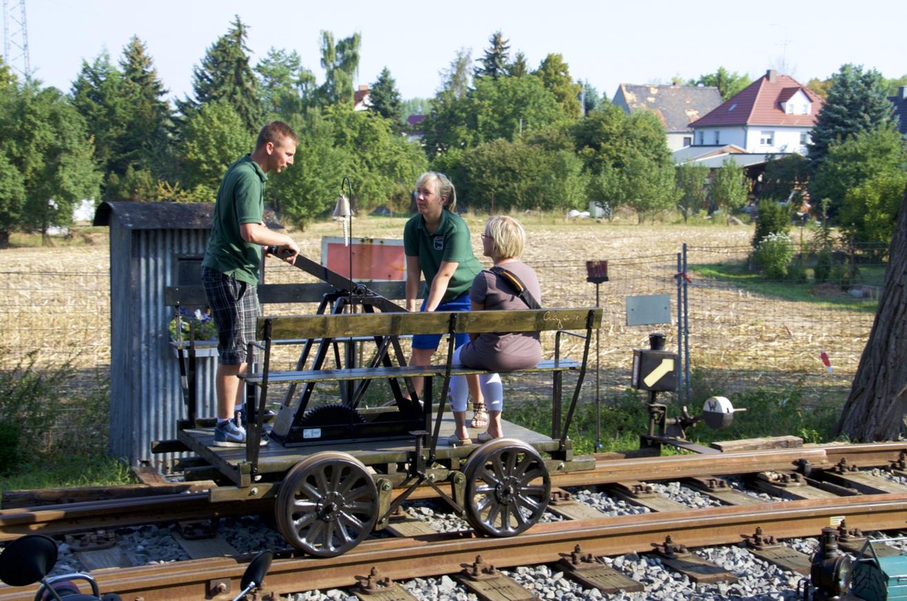 Sonderausstellung: »75 Jahre Elektrifizierung Eisenbahnstrecke Leipzig-Weißenfels«, Führung und Fahrten mit der Handhebel-Draisine